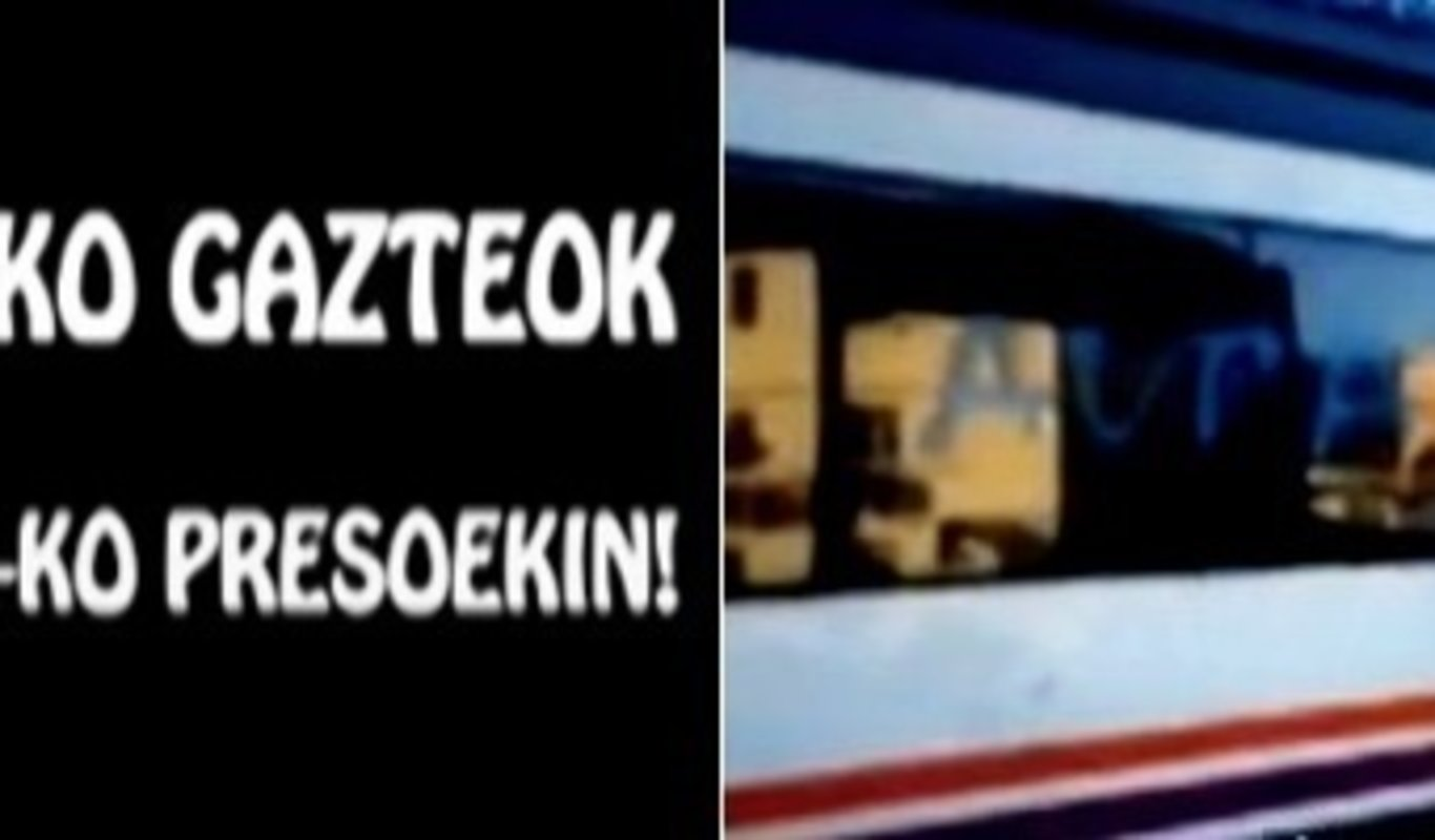 Jóvenes abertzales pintan un tren en Alsasua con consignas a favor de los presos de ETA
